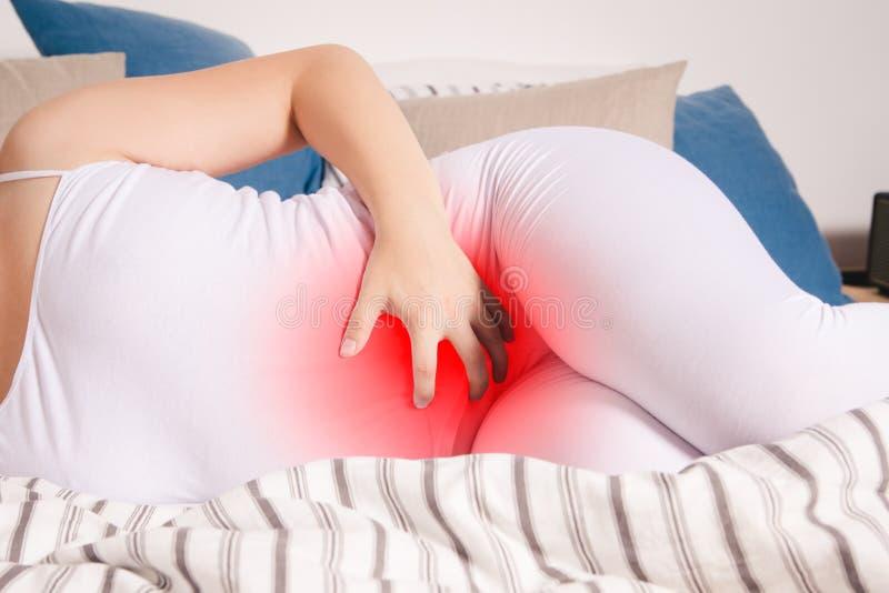 Żołądek obolałość, kobieta z brzuszny bólowy cierpieć w domu fotografia stock