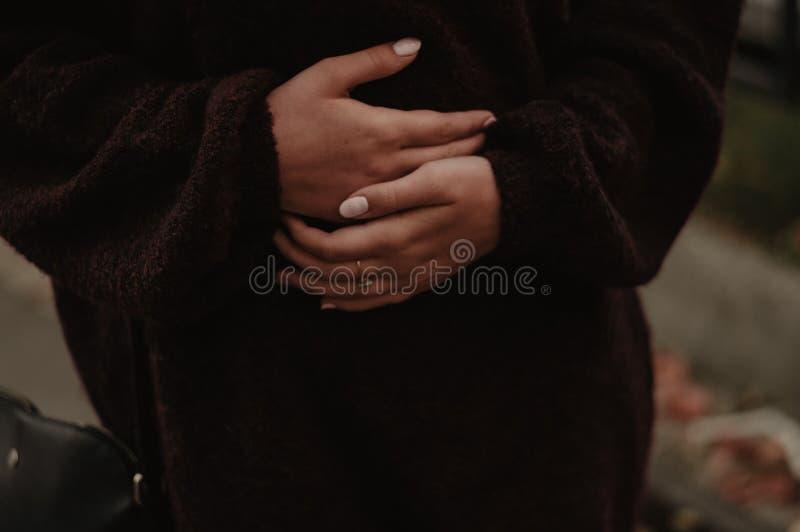 Żołądek obolałość Kobiety mienia handson żołądek zdjęcie royalty free