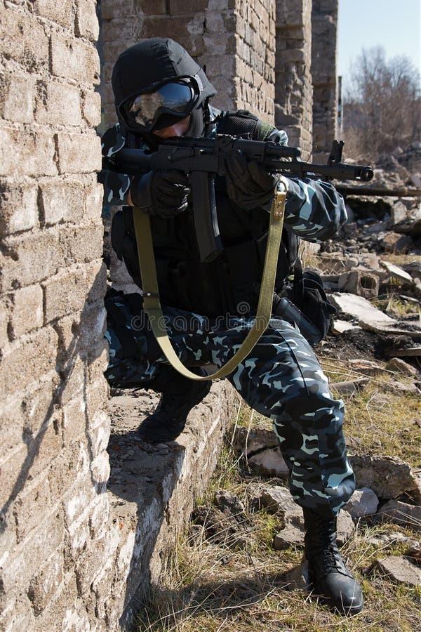 Żołnierz Celuje Z Karabin Automatyczny Bezpłatny Obraz Stock