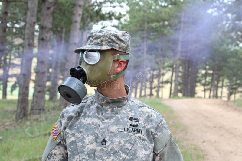 Żołnierz jest ubranym maskę gazową po jądrowej katastrofy zdjęcia stock