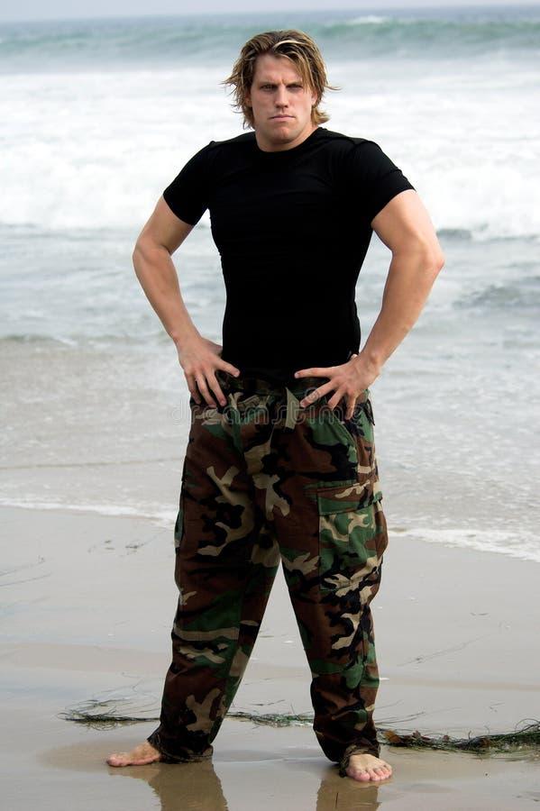 żołnierz na plaży obraz royalty free
