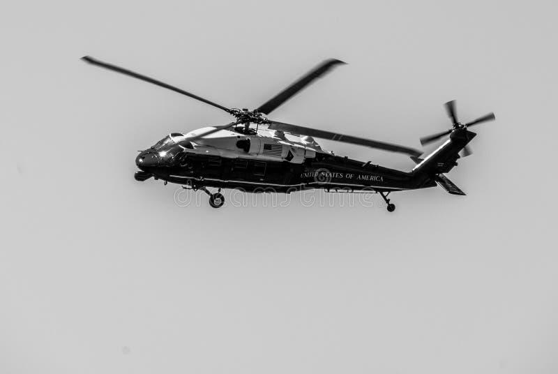 Żołnierz piechoty morskiej Jeden VH-60N Biały jastrząb - Prezydencki transport - zdjęcie stock