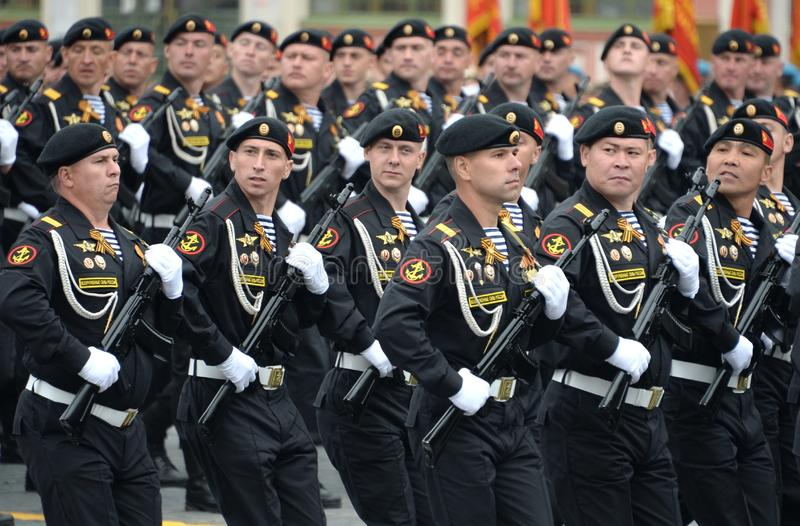 Żołnierz piechoty morskiej Kirkenes sztandaru korpus piechoty morskiej 61 Czerwona brygada nabrzeżne siły Północna flota podczas  zdjęcie royalty free