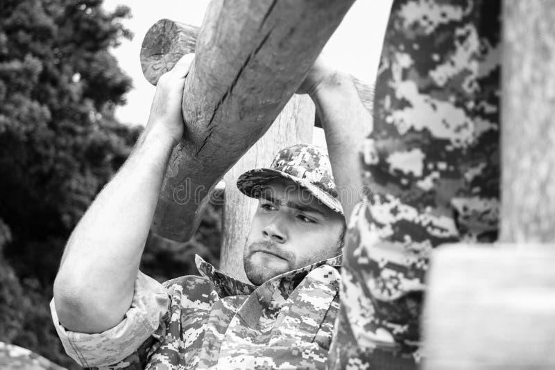 Żołnierz piechoty morskiej, żołnierz w jego wojsk zmęczeniach wykonuje fizycznego szkolenie dalej na obsticle kursie obrazy stock