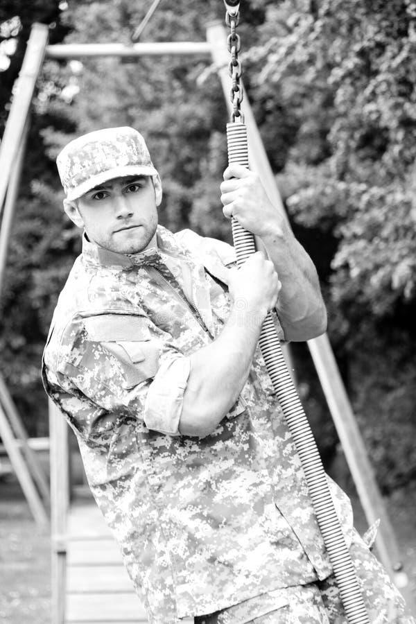 Żołnierz piechoty morskiej, żołnierz w jego wojsk zmęczeniach wykonuje fizycznego szkolenie dalej na obsticle kursie obraz stock