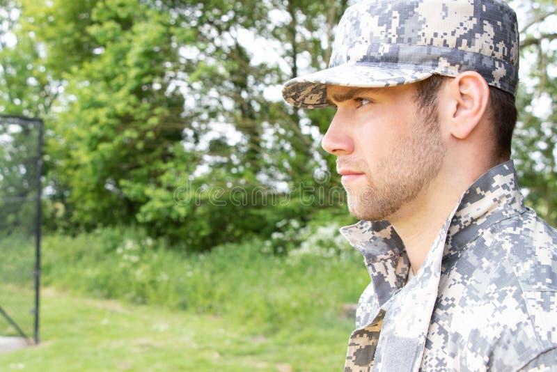 Żołnierz piechoty morskiej, żołnierz w jego wojsku męczy stojaki uwaga przy militarną bazą obrazy stock