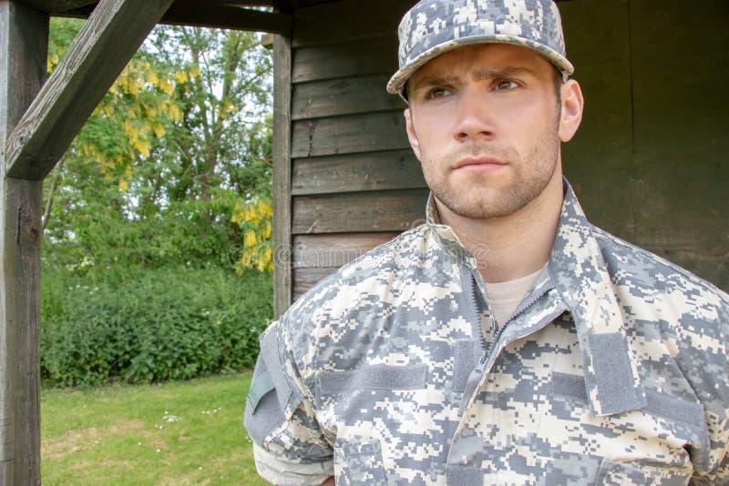 Żołnierz piechoty morskiej, żołnierz w jego wojsku męczy stojaki uwaga przy militarną bazą zdjęcia royalty free