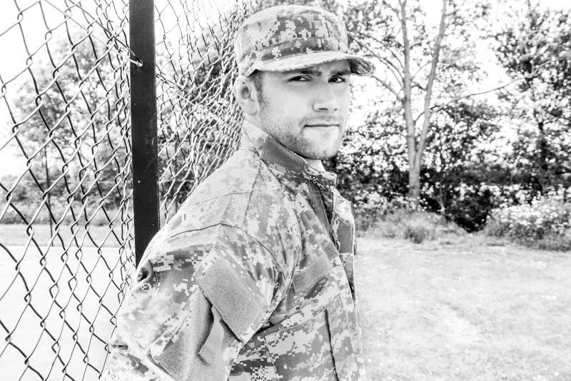 Żołnierz piechoty morskiej, żołnierz w jego wojsku męczy stojaki uwaga przy militarną bazą obraz stock
