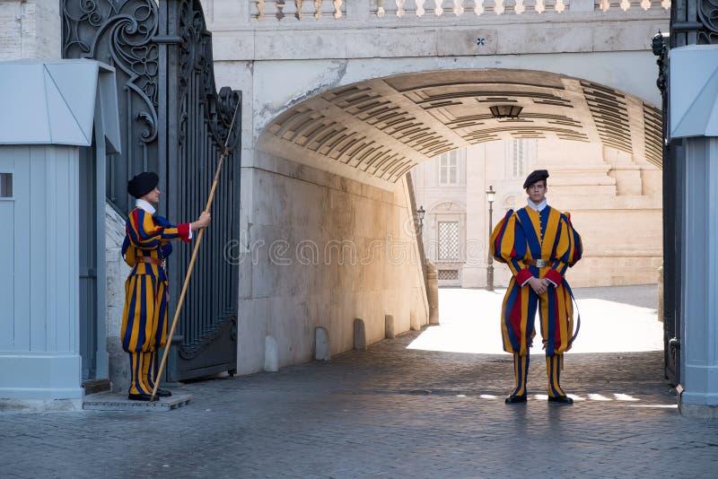Żołnierz Pontyfikalny Szwajcarski strażnik przy watykanem obraz royalty free