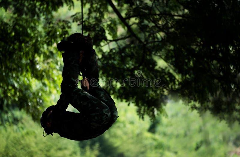 Żołnierz rappel puszek lub żołnierza puszek linowy czlowiek-pająk zdjęcia stock