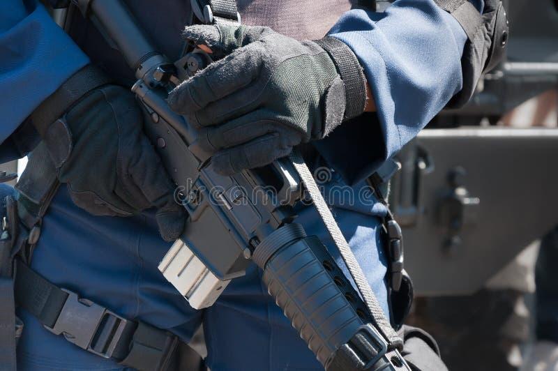 Żołnierz trzyma maszynę z automatycznym pistoletem Przygotowanie dla działania wojskowe obraz royalty free