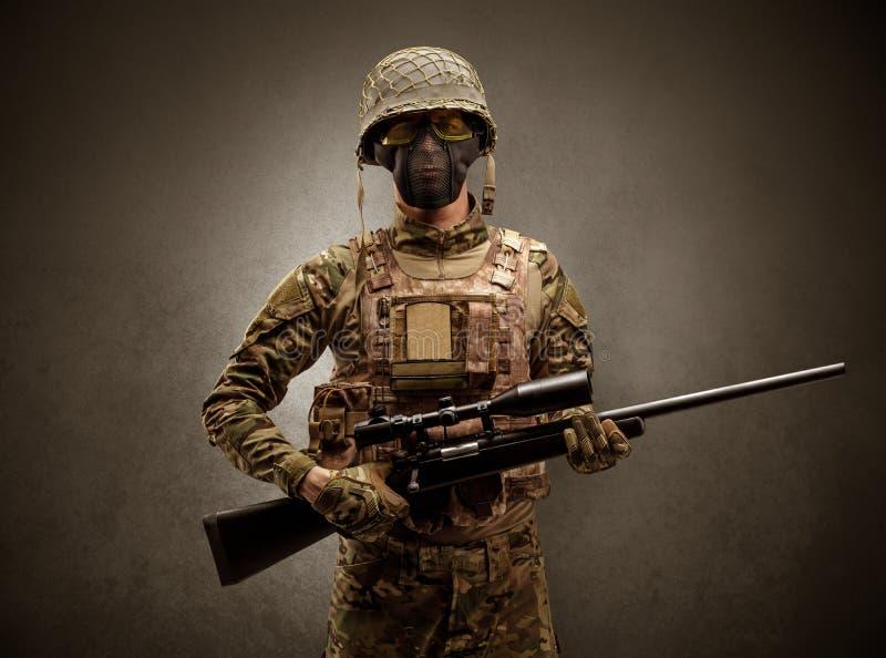 Żołnierza agent w ciemnej przestrzeni z rękami zdjęcia stock