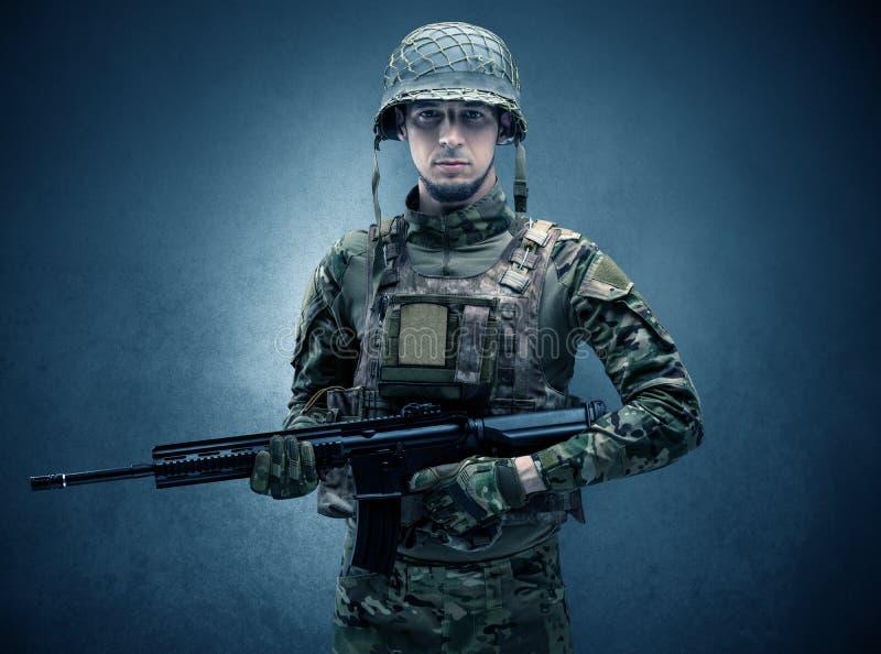 Żołnierza agent w ciemnej przestrzeni z rękami fotografia stock