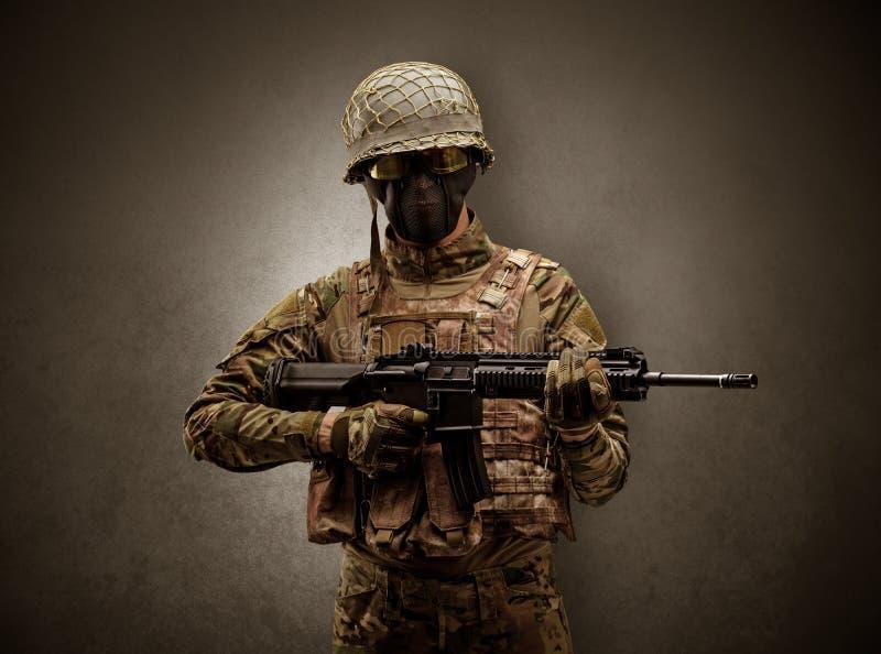 Żołnierza agent w ciemnej przestrzeni z rękami obrazy stock