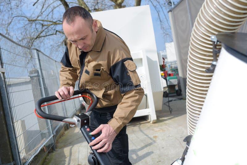 Żołnierza cleaning podłoga z maszyną zdjęcia royalty free