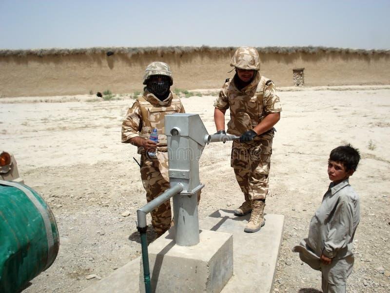 żołnierze biorą wodę obraz stock