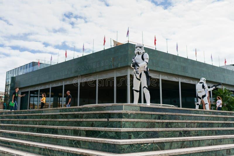 Żołnierze Cesarstwa pilnują pałacu kongresu Granady jako atrakcji Targów Zdrowia obraz stock