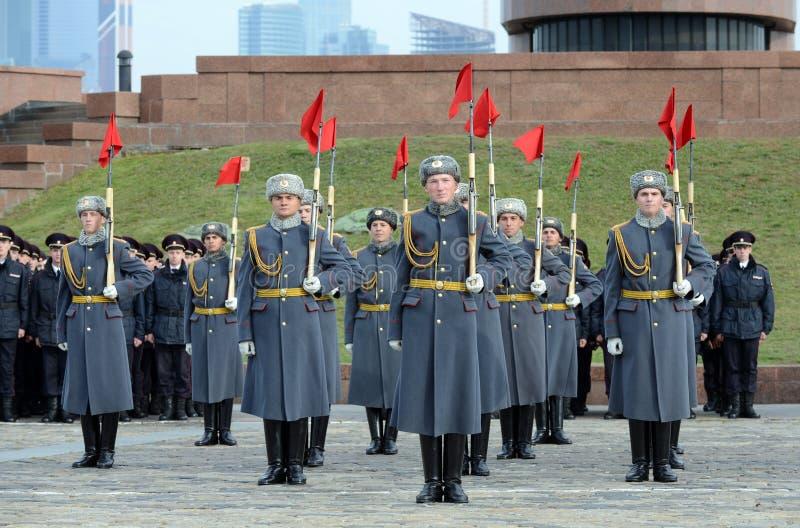 Żołnierze firma strażnik honor oddzielny commandant Preobrazhensky pułk demonstrują demonstraci technikę zdjęcie stock