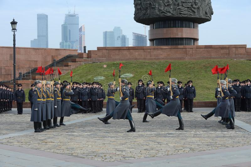 Żołnierze firma strażnik honor oddzielny commandant Preobrazhensky pułk demonstrują demonstraci technikę obrazy royalty free