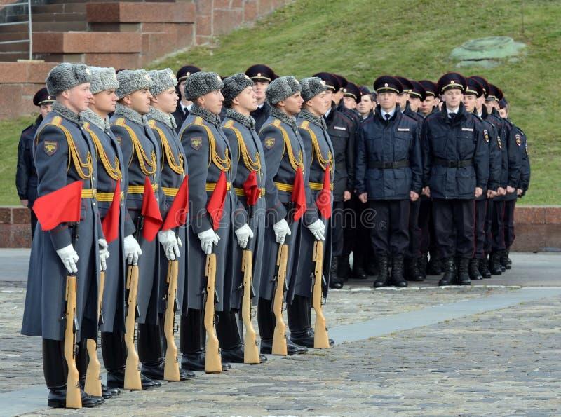 Żołnierze firma strażnik honor oddzielny commandant Preobrazhensky pułk demonstrują demonstraci technikę zdjęcia royalty free