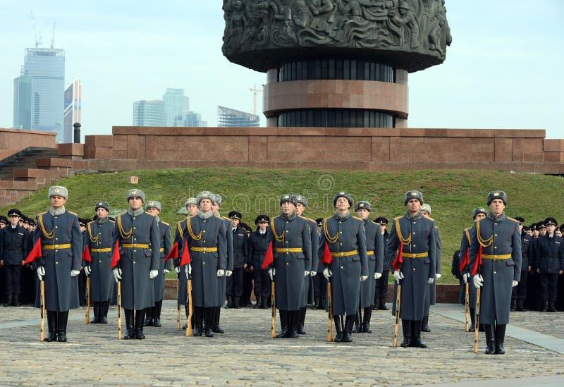 Żołnierze firma strażnik honor oddzielny commandant Preobrazhensky pułk demonstrują demonstraci technikę obraz royalty free