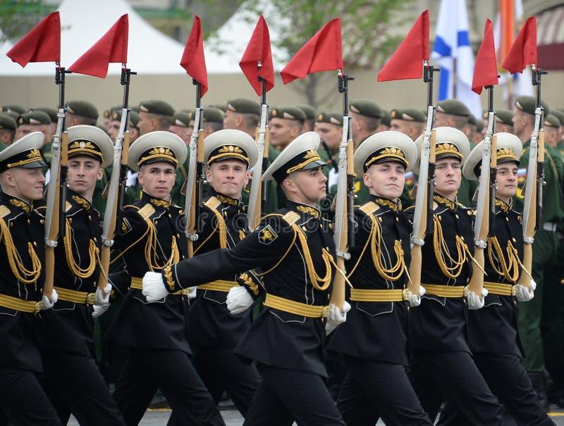 Żołnierze gwardia honorowa oddzielny commandant pułk przy militarną paradą zaznaczać zwycięstwo w placu czerwonym Moskwa obraz stock