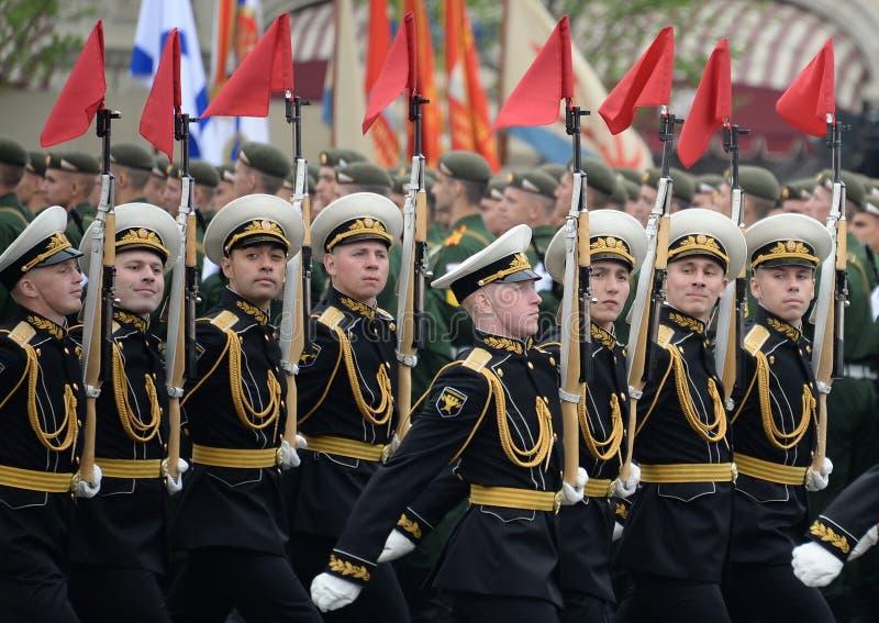 Żołnierze gwardia honorowa oddzielny commandant pułk przy militarną paradą zaznaczać zwycięstwo w placu czerwonym Moskwa obrazy royalty free