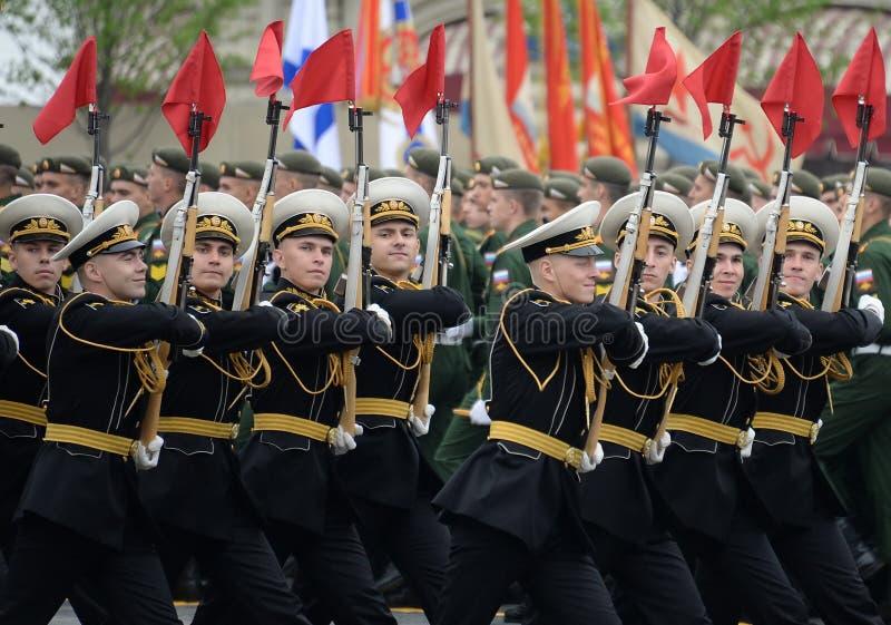 Żołnierze gwardia honorowa oddzielny commandant pułk przy militarną paradą zaznaczać zwycięstwo w placu czerwonym Moskwa zdjęcie royalty free