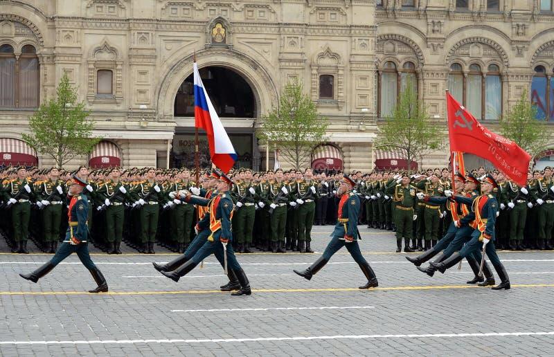 Żołnierze gwardia honorowa oddzielny commandant pułk transfiguracja znoszą sztandar zwycięstwo fl i rosjanin zdjęcia royalty free