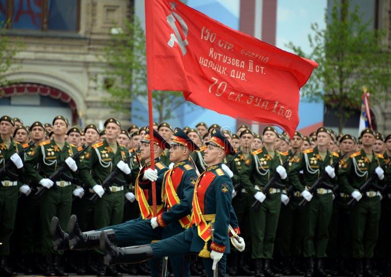 Żołnierze gwardia honorowa oddzielny commandant pułk transfiguracja znoszą sztandar zwycięstwo zdjęcia royalty free