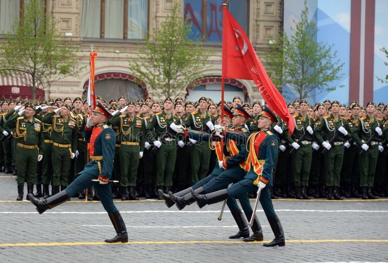 Żołnierze gwardia honorowa oddzielny commandant pułk transfiguracja znoszą sztandar zwycięstwo obrazy stock