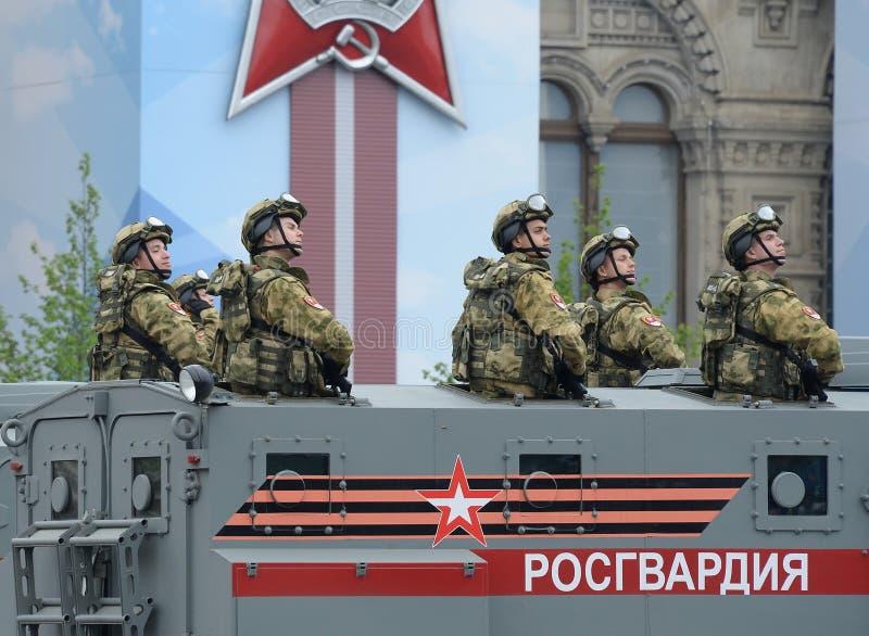 Żołnierze gwardia narodowa na opancerzonym samochodzie «Ural-VV «podczas parady na cześć zwycięstwo dzień na placu czerwonym Mosk obraz stock
