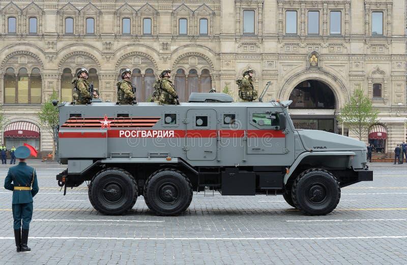 Żołnierze gwardia narodowa na opancerzonym samochodzie «Ural-VV «podczas parady na cześć zwycięstwo dzień na placu czerwonym Mosk obraz royalty free