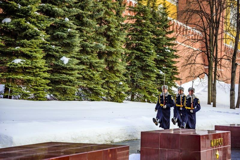 Żołnierze Kremlowski pułk iść zmieniać strażnika blisko Wiecznie płomienia i grobowa Unkn obraz royalty free