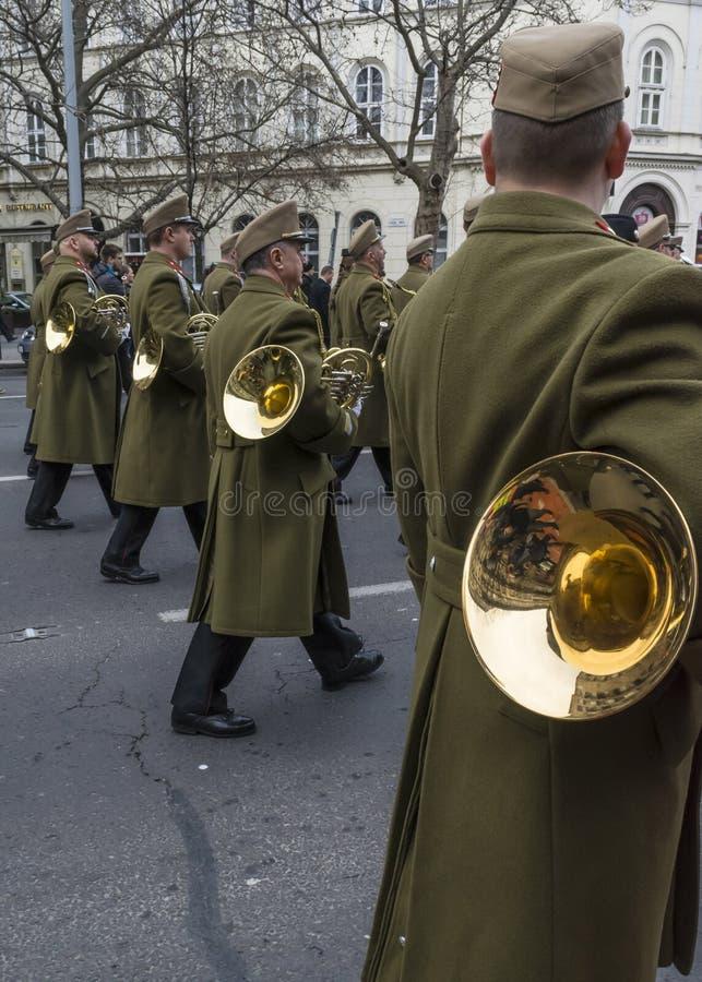 Żołnierze maszerują z trąbkami podczas 15 Marcowej parady w Budapest, Węgry zdjęcia stock