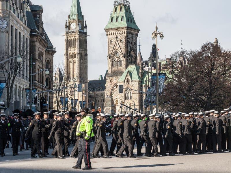 Żołnierze od Kanadyjskiego wojska, mężczyzn i kobiet od Królewskiej Kanadyjskiej marynarki wojennej jest ubranym wspominanie macz obrazy stock