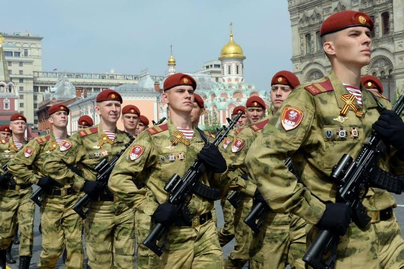 Żołnierze oddzielają podziału one Dzerzhinsky gwardia narodowa gromadzi się na placu czerwonym podczas świętowania 74th anniver obraz royalty free