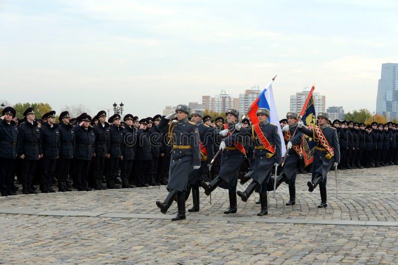 Żołnierze strażnik honor oddzielny commandant ` s Preobrazhensky pułk z rosjaninem zaznaczają na Poklonnaya wzgórzu w Mosc fotografia stock