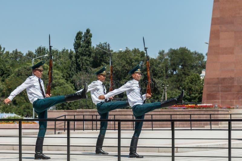 Żołnierze wykonuje odmienianie Strażowa ceremonia w ałunach Zbyt Obciosują, Bishkek, Kirgistan zdjęcia royalty free