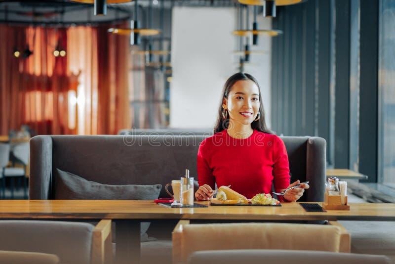 Żona czekać na jej męża podczas gdy jedzący śniadanie w restauracji obrazy royalty free