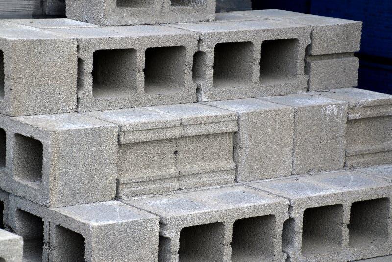 Żużli bloki brogują w górę budowy przy zdjęcie royalty free