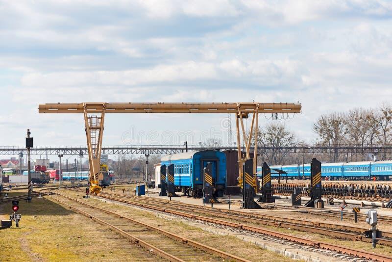 Żuraw bramowy kolejowy w punkcie niezwiązanej naprawy lokomotyw wagonów kolejowych i pociągów na stacji deportowej Grodno lub Hro fotografia royalty free