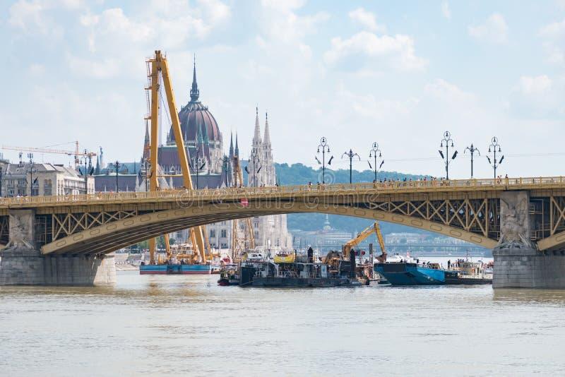 Żuraw i prac łodzie działa przy miejscem wypadek dokąd dwa łodzi one zderzali się pod Margaret mostem obrazy royalty free