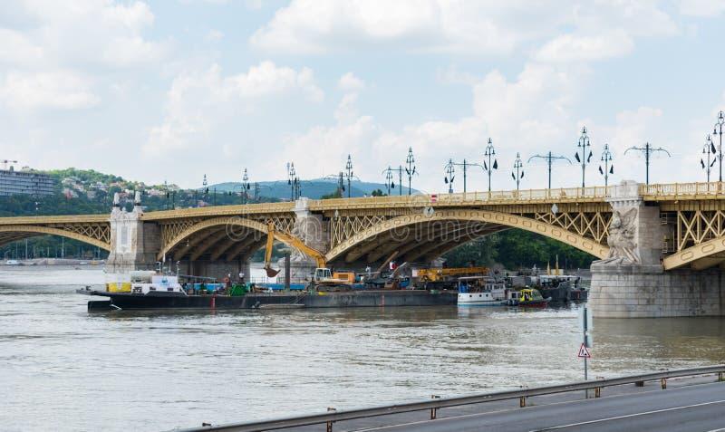 Żuraw i prac łodzie działa przy miejscem wypadek dokąd dwa łodzi one zderzali się pod Margaret mostem na rzecznym Danube obraz royalty free