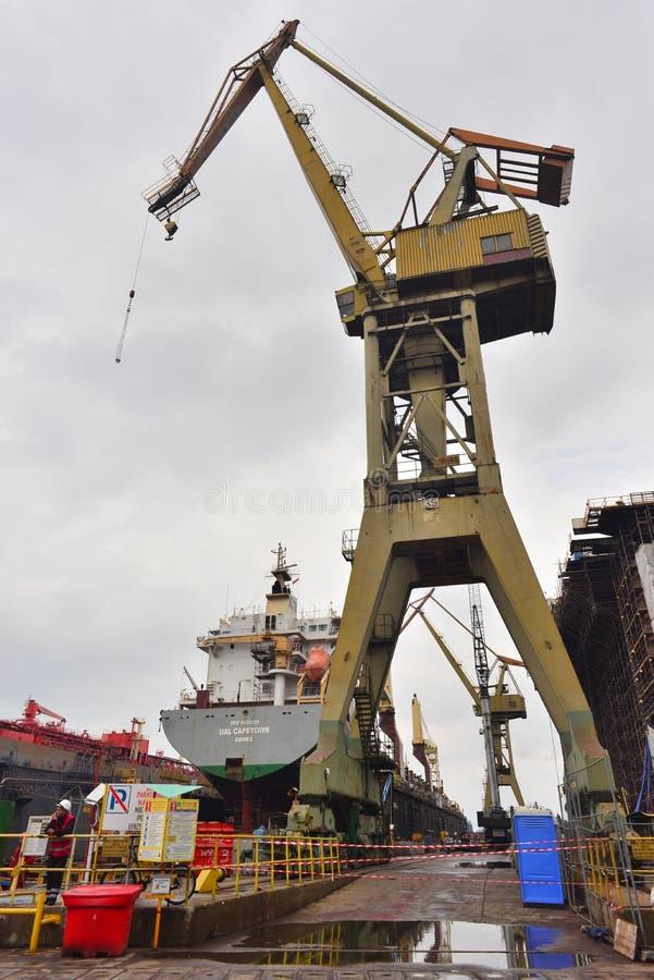 Żuraw i statek w suchym doku w Gdańskim Shiprepairing jardzie w Gdańskim, Polska zdjęcie royalty free