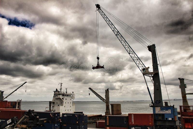 Żuraw i zbiorniki na doku w porcie Lisbon zdjęcia stock
