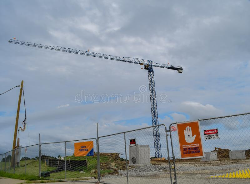 Żuraw na budowie ze znakami bezpieczeństwa zdjęcie royalty free