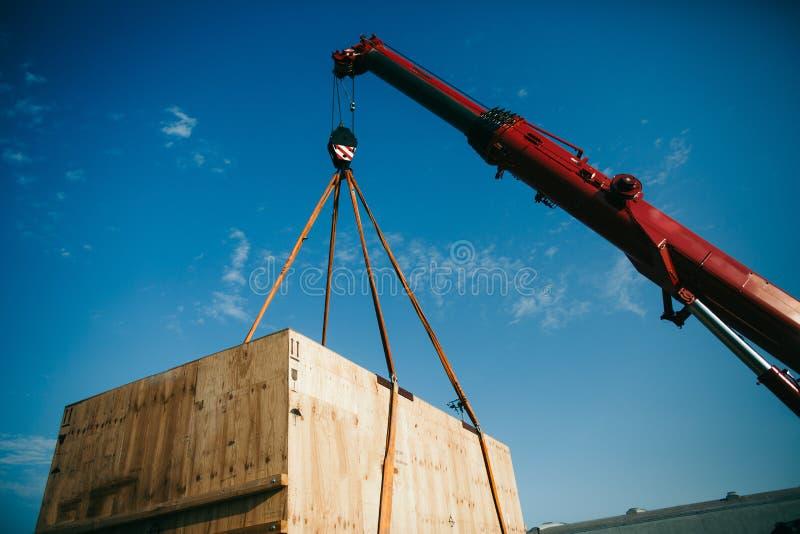 Żuraw podnosi ciężkiego zbiornika na ciężarówce zdjęcie royalty free