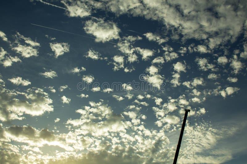 Żuraw przeciw tłu chmurny niebo fotografia royalty free