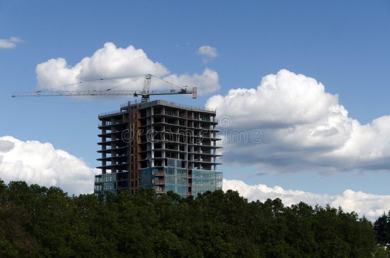 Żuraw przy budową w Bellevue śródmieściu pod białymi chmurami zdjęcia stock